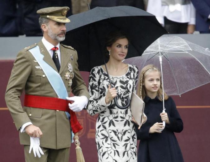 Los Reyes, junto a la princesa Leonor, al término del desfile militar...