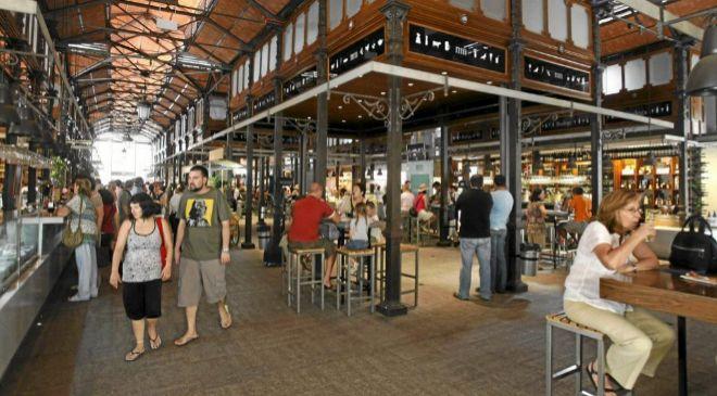 El Mercado de San Miguel, en Madrid, alberga varios comercios con...