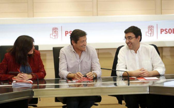 El presidente de la Comisión Gestora del PSOE, Javier Fernández (c),...