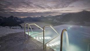 Esto es lujo: darse un baño nocturno con el agua de la piscina a 34º...