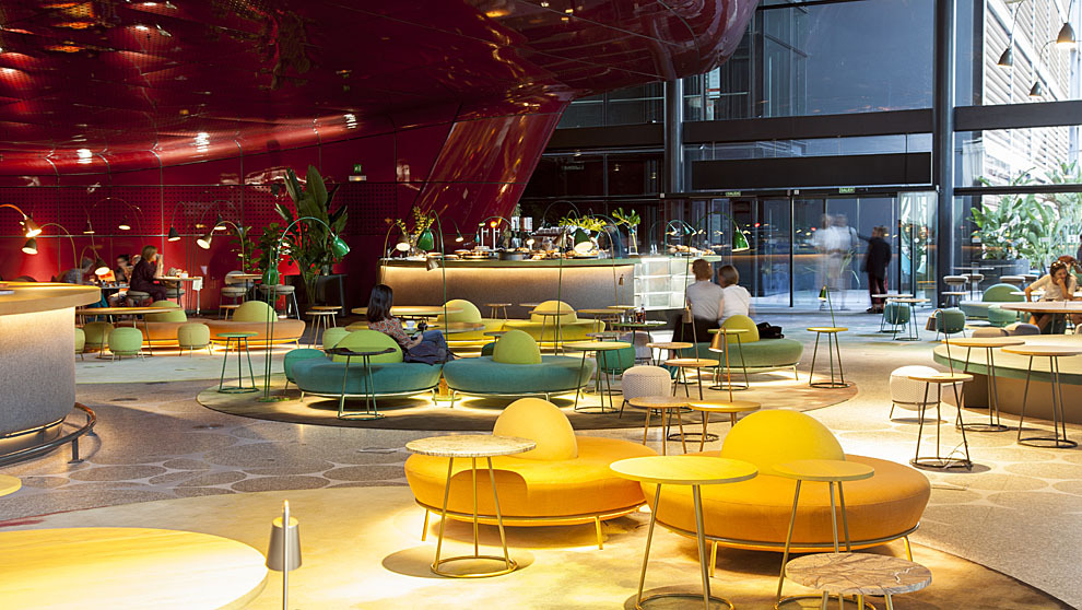 El restaurante suma comedor (al fondo), dos barras y mesas bajas,...