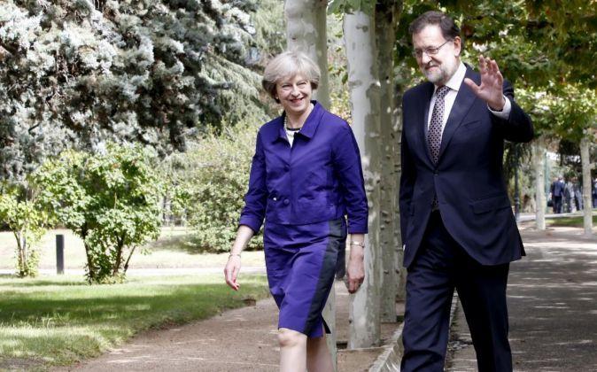 El presidente del Gobierno en funciones, Mariano Rajoy, y la primera...