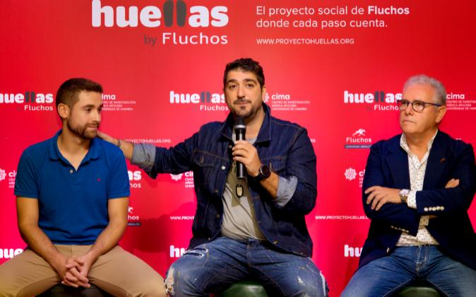 En la imagen, el investigador Adrián Vallejo, el cantante Antonio...