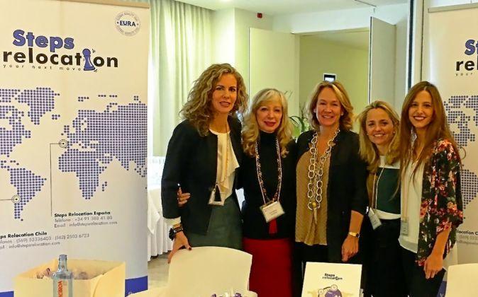 Equipo multilingüe. Lydia Martínez (segunda por la izquierda), con...
