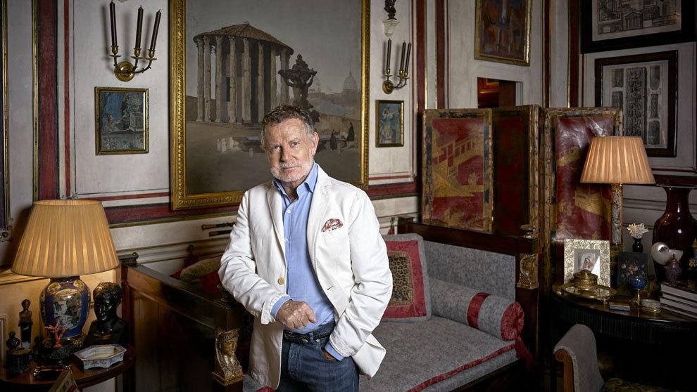 El interiorista, 71 años, en uno de los salones de su casa, en el...