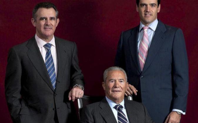 Emilio Serratosa con sus hijos, Javier y Gonzalo.