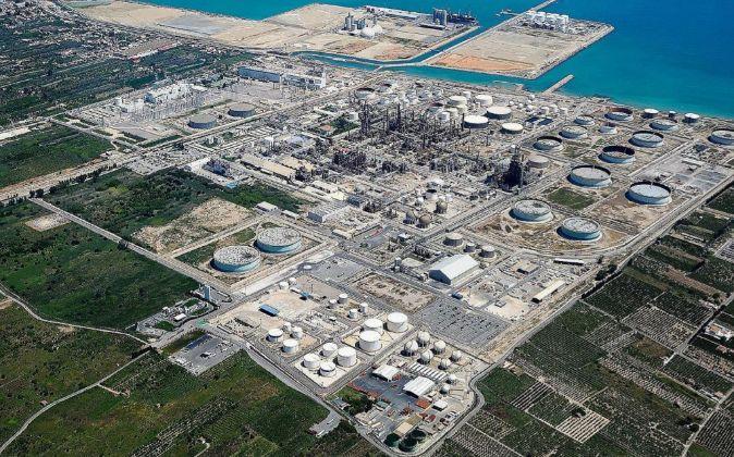 Vista aérea del complejo de Ube junto a la refinería de BP en...