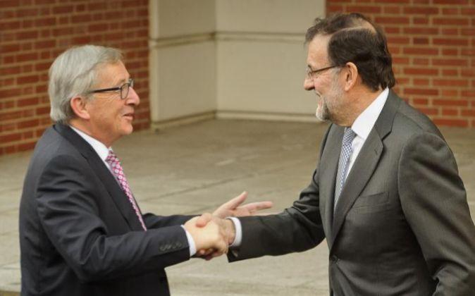 Mariano Rajoy, presidente del Gobierno en funciones, saluda a Jean...