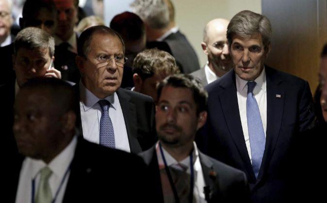 El secretario de Estado de Estados Unidos, John Kerry (d), y su...