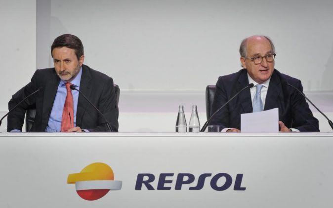 El consejero delegado de Repsol, Josu Jon Imaz, y el presidente de la...