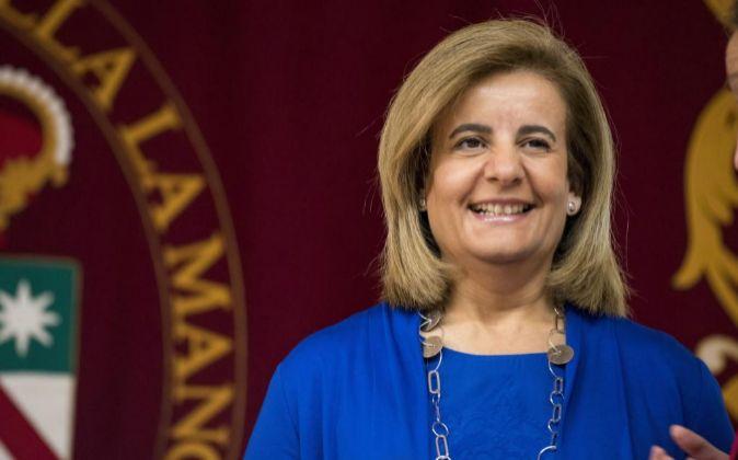 La ministra de Sanidad, Servicios Sociales e Igualdad en funciones,...