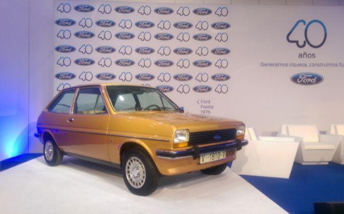 El primer Ford Fiesta salido de la cadena de producción de...