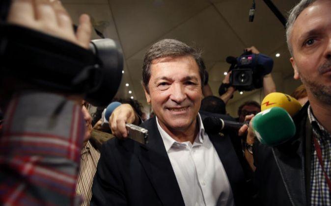 El presidente de la Gestora del PSOE, Javier Fernández, a la salida...