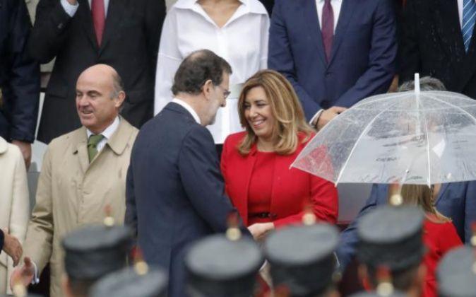 El presidente del Gobierno en funciones, Mariano Rajoy, saluda a la...
