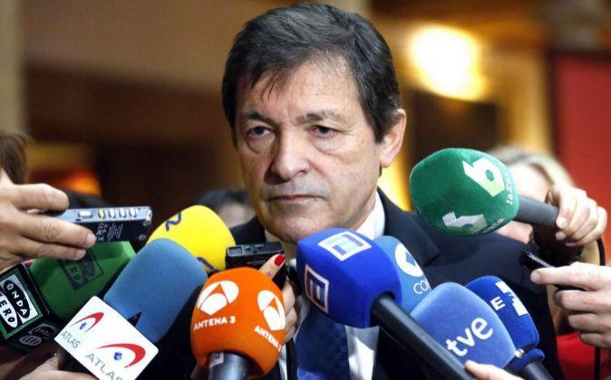 El presidente de la gestora del PSOE y jefe del Ejecutivo asturiano,...