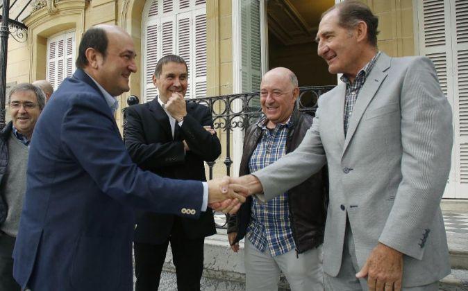 El presidente del PNV, Andoni Ortuzar (i), saluda al mediador...