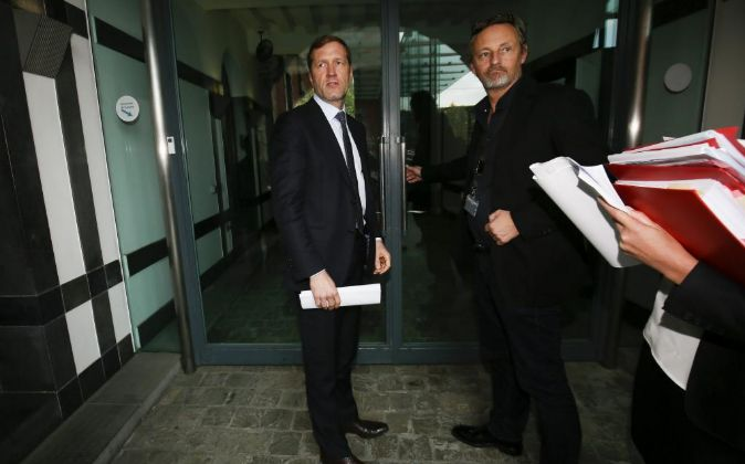 El ministro presidente valón, Paul Magnette (izq), tras participar en...