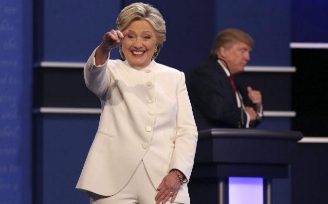 La candidata demócrata Hillary Clinton (i) y el republicano Donald...
