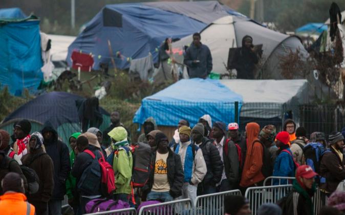 Desmantelamiento del campamento conocido como la 'Jungla' de...