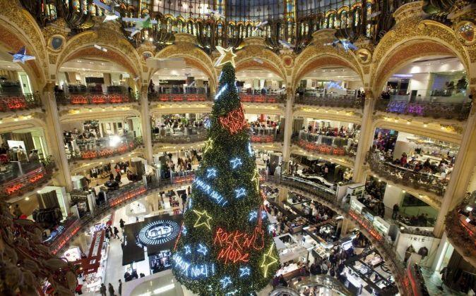 Un árbol de Navidad en un centro comercial.