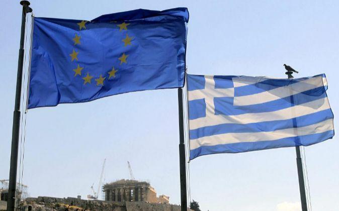 Una bandera griega y una de la Unión Europea ondean junto al...