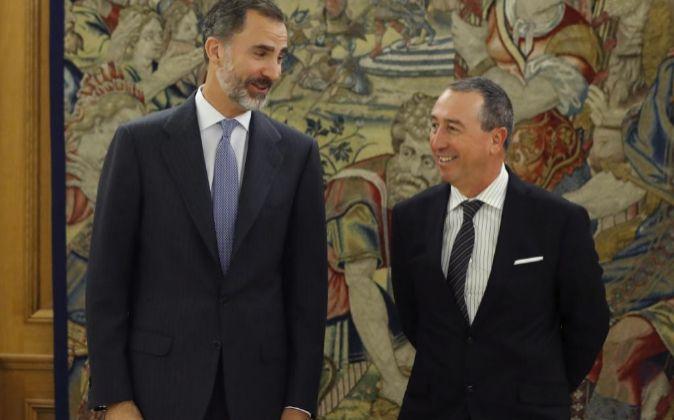 El rey Felipe recibe al portavoz de Compromís, Joan Baldoví (d), hoy...