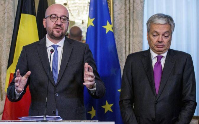 El primer ministro belga, Charles Michel (i), y el ministro belga de...