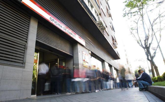 Una cola de parados frente a una oficina de empleo en Madrid.