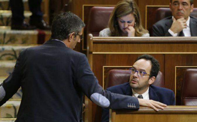 El diputado socialista Eduardo Madina (i) habla con el portavoz de su...