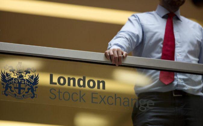 Un empleado en la Bolsa de Londres