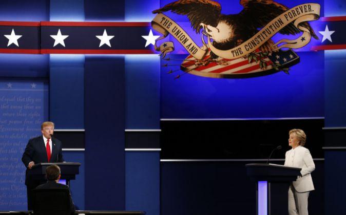 Donald Trump y Hillary Clinton durante uno de los debates de la...