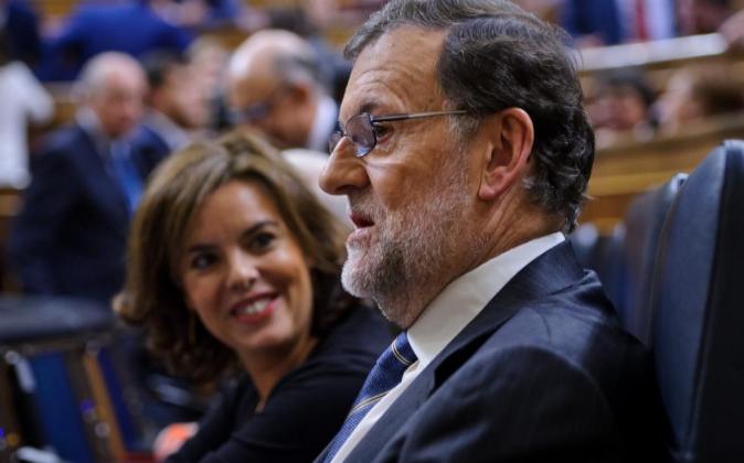 Rajoy y Soraya Sáenz de Santamaría, ayer durante la segunda sesión...