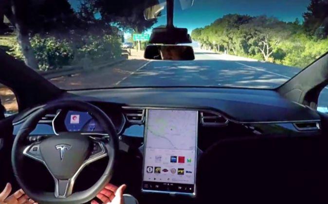 Un Tesla Model S equipado con el paquete opcional que permite al...