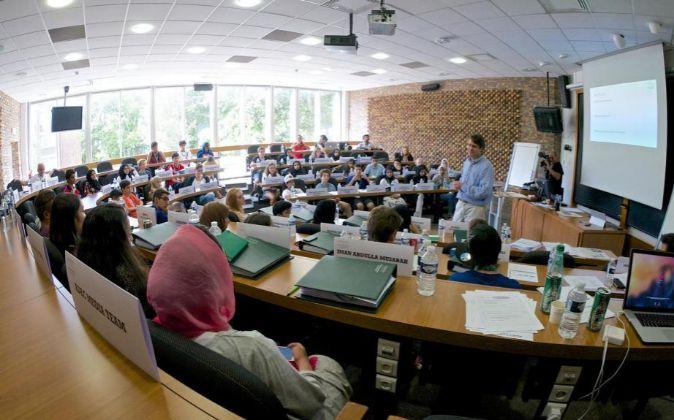 Fotografía de archivo. Profesor impartiendo clase a sus alumnos.