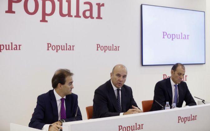 El consejero delegado del Banco Popular, Pedro Larena (c), acompañado...