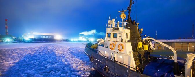 Romper el hielo. El barco Icebreaker, atrapado en el hielo,  intenta...