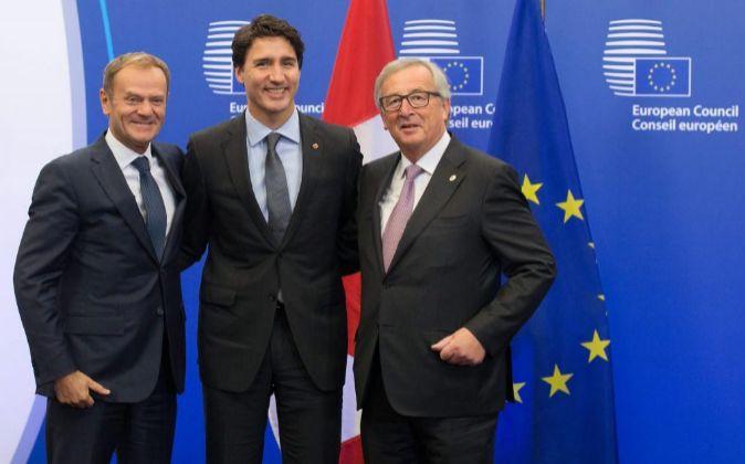 El primer ministro canadiense Justin Trudeau (centro) junto al...