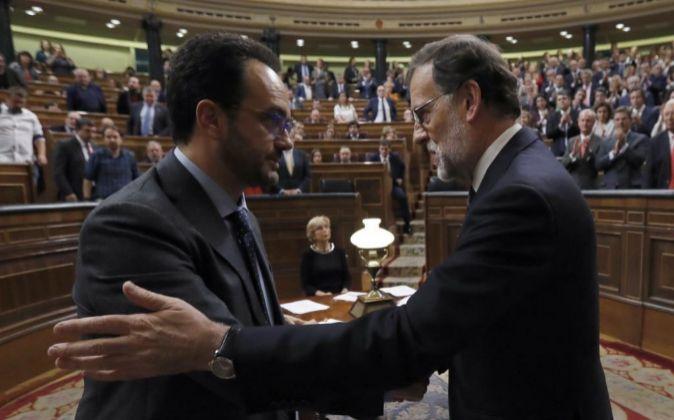 El presidente, Mariano Rajoy, recibe la felicitación del portavoz del...