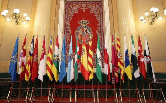 La bandera nacional y las distintas banderas autonómicas colocadas en...