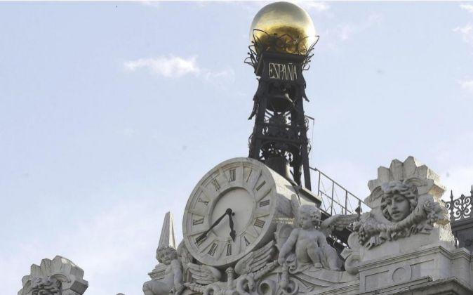 Reloj en la fachada de la sede del Banco de España, en la Plaza de...