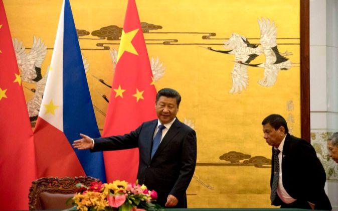Duterte fue recibido hoy con honores en Pekín por su homólogo chino,...