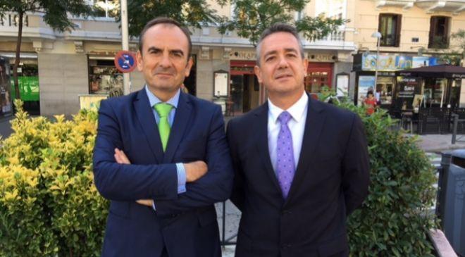 De izquierda a derecha, Juan Tomás Hernani, CEO de Satlantis, y...