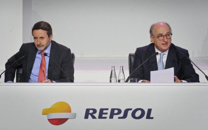 Josu Jon Imaz, consejero delegado de Repsol, y Antonio Brufau,...