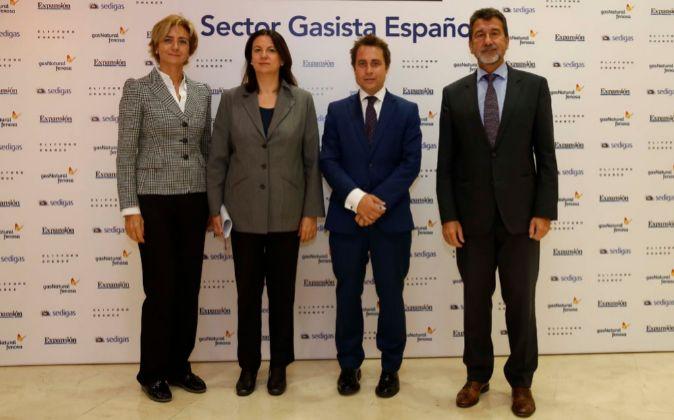 De izquierda a derecha, Marta Margarit, Secretaria General de Sedigas;...