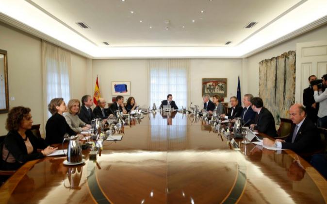 El nuevo gabinete de Rajoy, momentos antes de comenzar su primera...