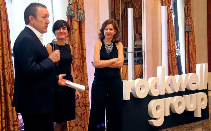 Chuck Wood, director financiero en EMEA, con Eva Longoria y Elisa...
