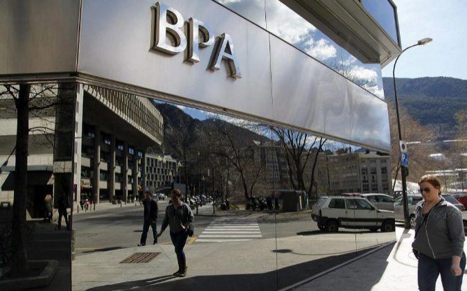 La sede del gobierno de Andorra reflejada en la fachada de la sede...