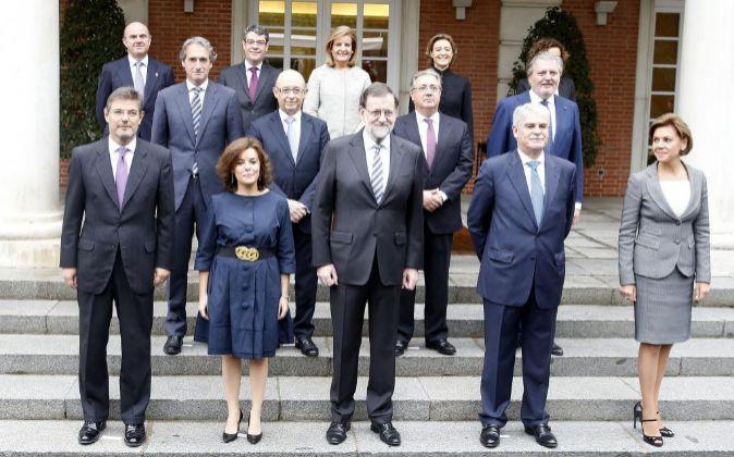 El presidente del Gobierno, Mariano Rajoy, rodeado de su equipo.