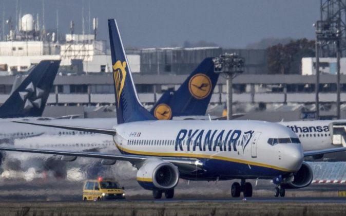 Un avión de Ryanair permanece aparcado en el aeropuerto de...