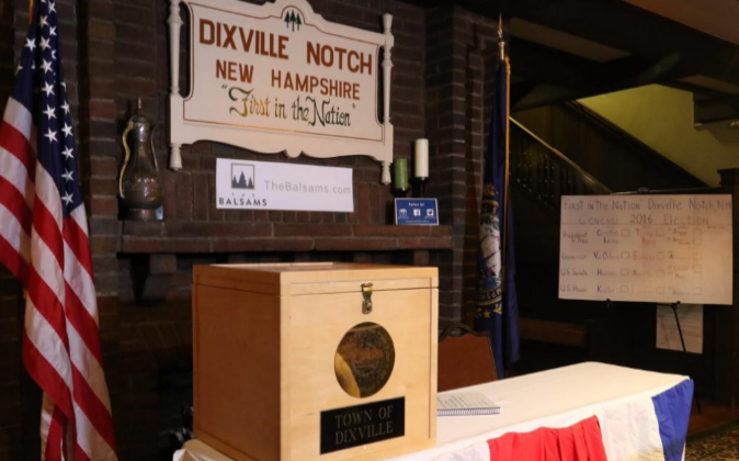 Vista de la urna de votación de la pequeña población de Dixville...